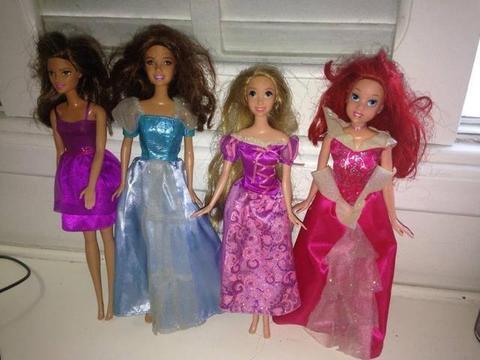 Lote 4 bonecos Barbie e Princesas Disney Ariel e Rapunzel Ler Tudo R$149