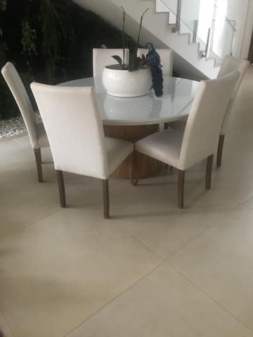 Mesa de jantar laka com o tampo de vidro