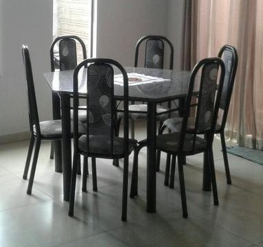 Mesa de jantar sextavada com seis cadeiras