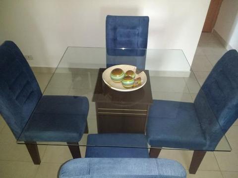 Mesa com tampo de vidro de 4 lugares