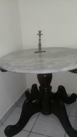 Mesa media com tampo de mármore