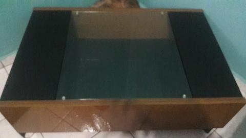Mesa de centro Preto/Imbuia com tampo de vidro e rodízios
