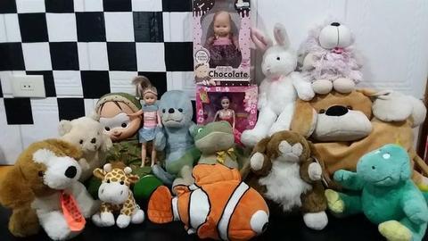 Lote com 15 brinquedo pelúcias e bonecas