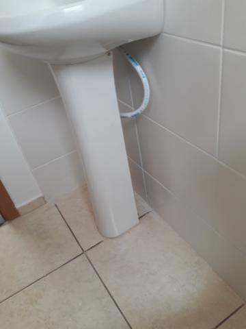 Pia completa de banheiro com torneira