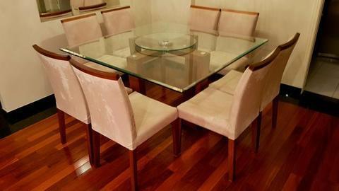 Móvel da loja Inove - Mesa com tampo de vidro + base de madeira + 8 cadeiras