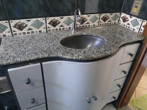 Bancada para banheiro com torneira, cuba, armário, pedra para box + 2 Prateleiras de vidro