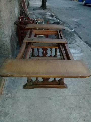 Mesa antiga de madeira maciça