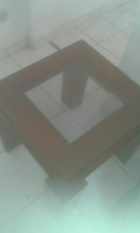 Mesa em madeira com tampo de vidro fumê