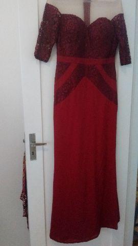 Lindo vestido em tecido e renda com transparência