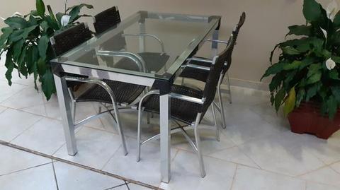 Mesa em alumínio com tampo de vidro com 4 cadeiras