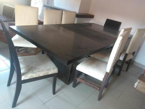 Mesa com 8 caseiras em madeira. Oportunidade