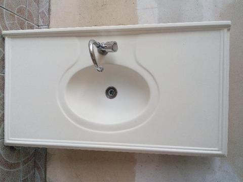 Pia para banheiro com torneira
