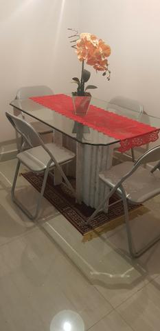 Mesa com tampo de vidro temperado e base em mármore